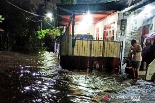 Tembok pembatas sungai roboh, rumah warga di Ciracas terendam banjir