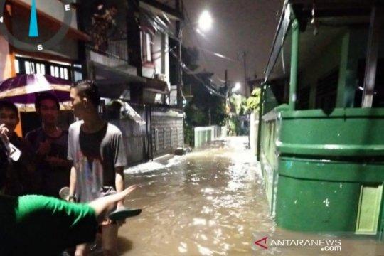 Banjir merendam permukiman penduduk di Pasar Rebo