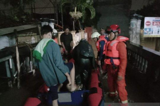 Damkar Jaktim evakuasi 52 warga di tiga kecamatan akibat banjir