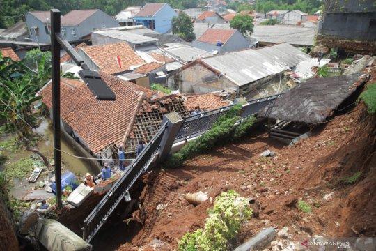 Banjir di Ciganjur masih menyisakan lumpur dan genangan