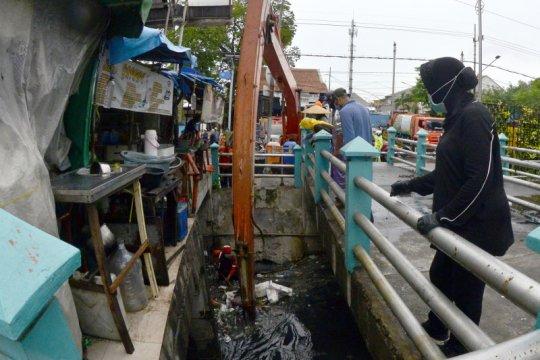 Surabaya giatkan pembersihan saluran air di perkampungan