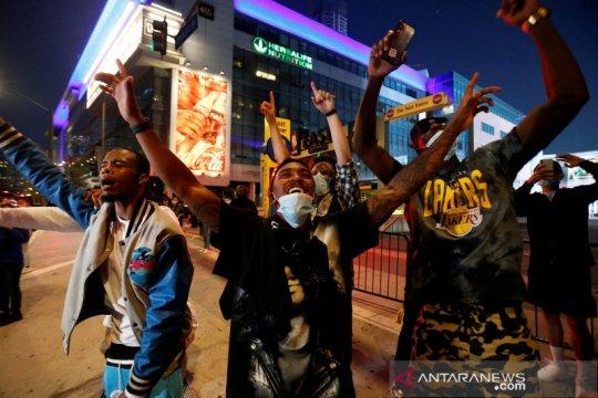 Sukaria pendukung LA Lakers usai juara NBA 2020