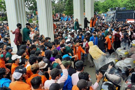 Polisi bubarkan aksi mahasiswa di DPRD Jambi dengan gas air mata