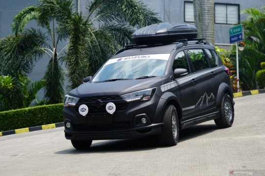 """Tampilan Suzuki XL7 yang dimodifikasi """"serba hitam"""" seharga Rp107 juta"""
