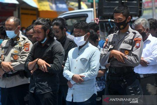 Mahasiswa dan polisi sholat bersama di lokasi unjuk rasa