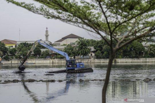 1.000 karung lumpur diangkat dari Kali Cakung Lama