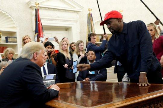 Kanye West rilis video kampanye pertama