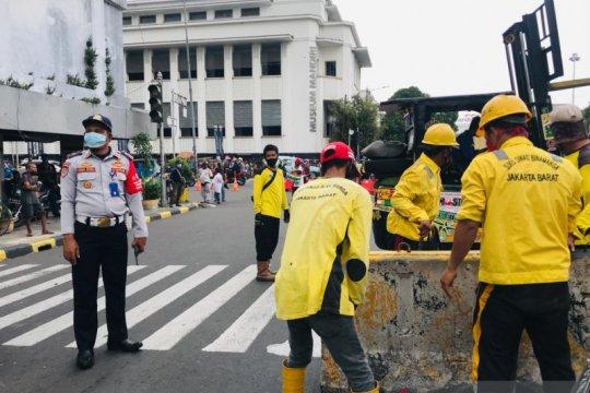 Petugas tutup Jalan Pintu Besar Selatan Jakarta Barat