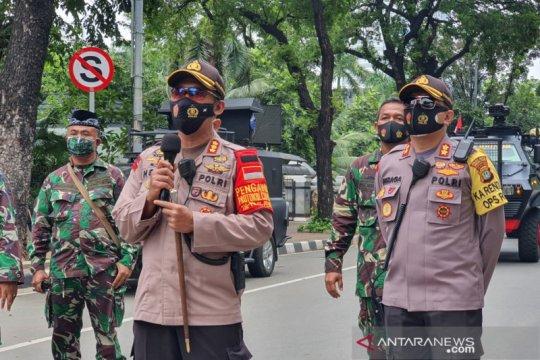 Polisi mulai tembakan gas air mata ke massa di Bundaran BI