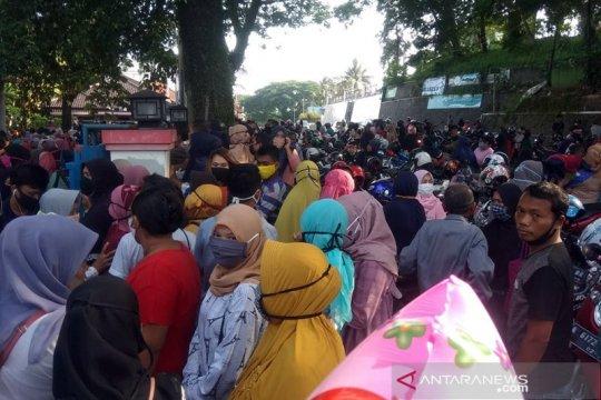 Cegah penularan, kerumunan di Kantor Koperasi-UKM Lebak dibubarkan