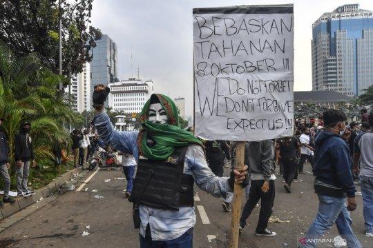 Polisi bagikan masker dan hand sanitizer kepada demonstran buruh