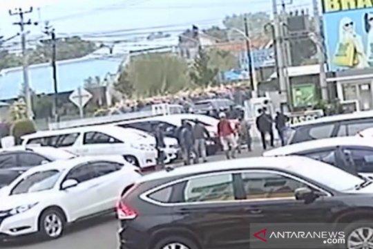 Polres Cianjur mencari identitas perusak mobil mantan anggota DPR
