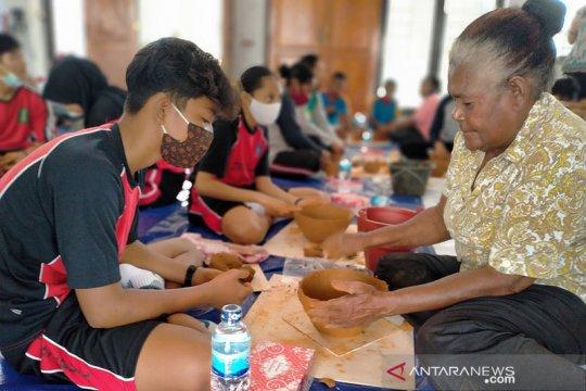 Puluhan siswa di Jayapura ikuti latihan membuat gerabah