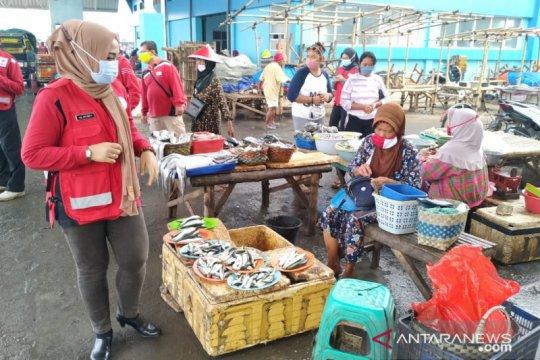 PMI Jember bagikan masker kepada nelayan Puger