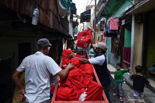Distribusi bantuan sembako dari Presiden Joko Widodo