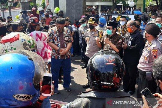 Puluhan warga Kabupaten Banyumas berunjuk rasa tolak anarkisme