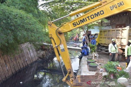 Antisipasi banjir, Jakarta Barat grebek lumpur Kali Sekretaris