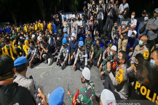 Kapolda Kalsel temui massa mahasiswa yang tak bubarkan diri