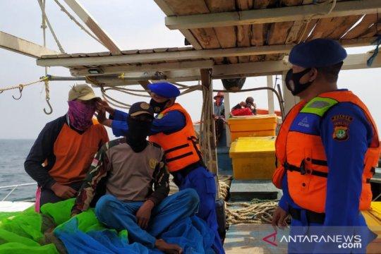 Polres Kepulauan Seribu bagikan masker ke kapal nelayan