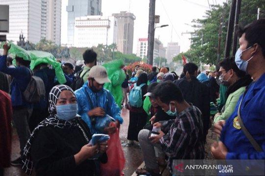 Massa demonstrasi BEM SI bubar saat hujan deras
