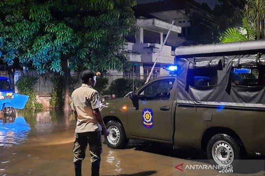 Mobil Satpol PP Jakarta Selatan bantu warga Pulo Raya