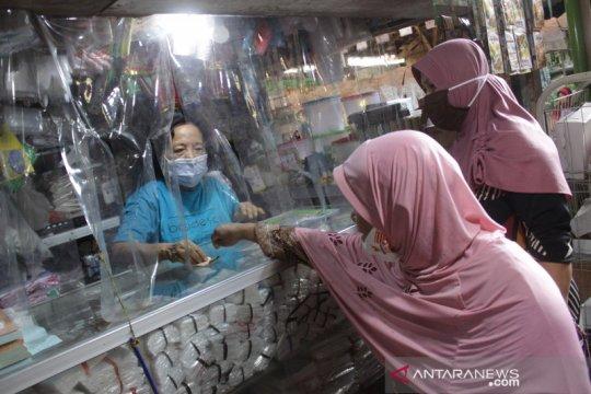 Lapak pedagang di Pasar Pon Jombang dipasang sekat pembatas