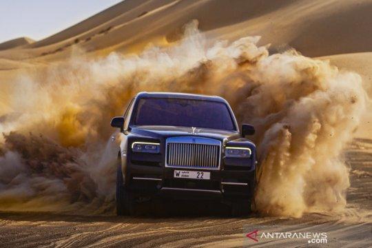 Rolls-Royce Cullinan menjelajah gurun pasir