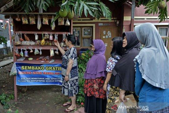 Solidaritas di tengah pandemi, warga gotong royong sediakan sembako gratis