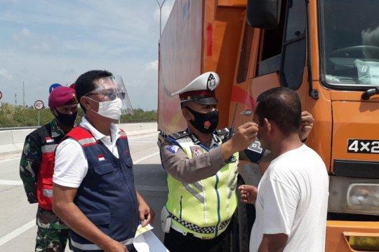 HK sosialisasikan penggunaan masker di pintu masuk gerbang tol