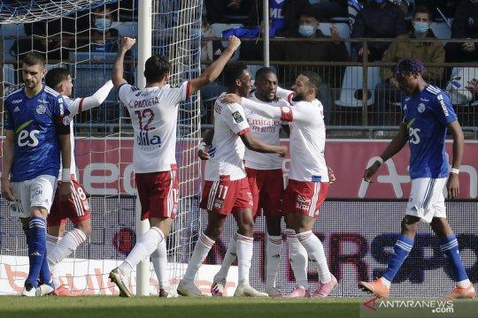 Lyon akhiri catatan buruk dengan pecundangi Strasbourg 3-2