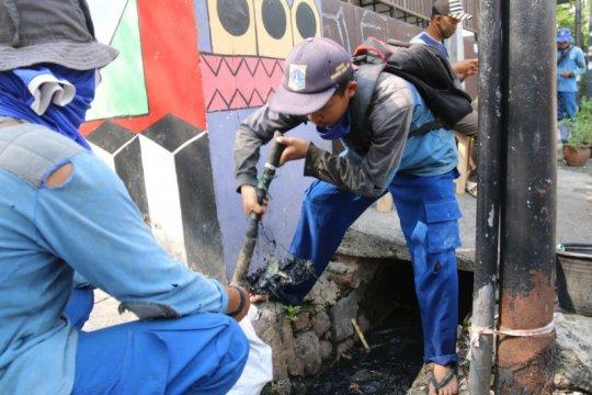 Pemkot Jakpus gerebek lumpur di saluran penghubung Jalan Sedap Malam