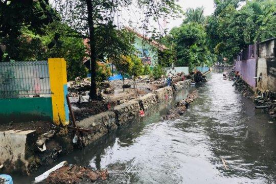Sudin SDA Jakbar menormalisasi Kali Sekretaris di Jalan Sasak I