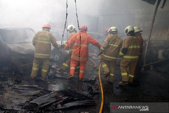 Belasan kendaraan berikut bangunan bengkel reparasi terbakar di Jaktim