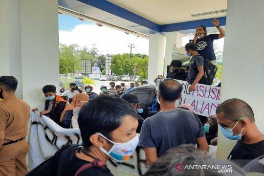 Dugaan cabul, IKA SMU-9 Kendari demo Diknasbud Sultra