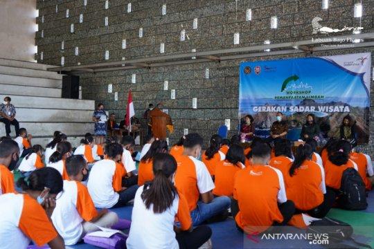 Puluhan pelajar di Ende-NTT diajarkan BOPLBF cara olah limbah sampah