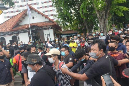 Polisi tangkap 169 orang saat demo tolak UU Cipta Kerja di Surabaya