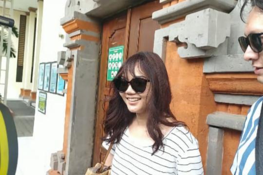 Aktris Rina Nose datangi PN Denpasar untuk beri dukungan Jrx SID