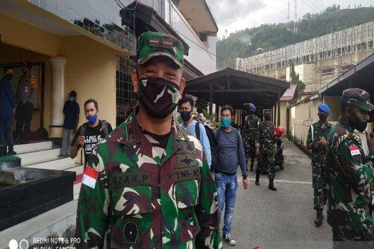 KKB tembak kendaraan militer di Serambakom akibatkan tiga TNI terluka