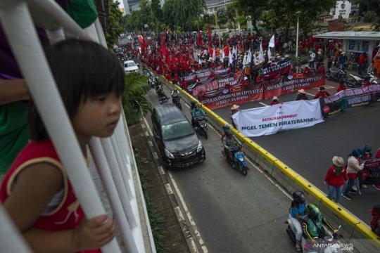 Peserta unjuk rasa berjalan kaki menuju Istana Merdeka