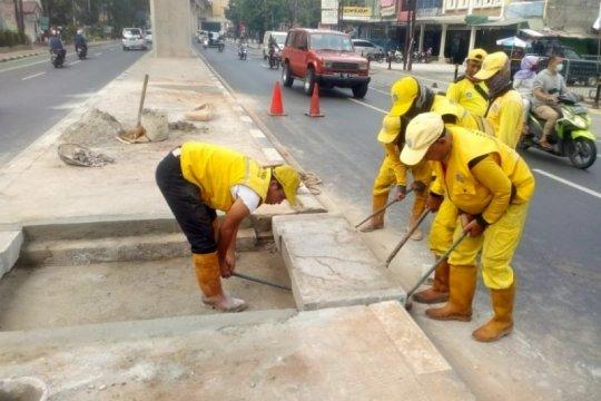 Pemkot Jaksel buat lubang cegah genangan di median jalan