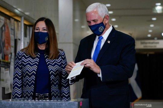 Wapres AS Mike Pence berikan suaranya di Indiana