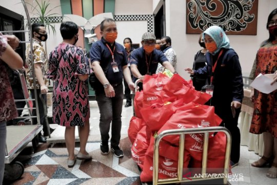 Kemensos salurkan bantuan sembako ke 1.078 pegawai hotel di Bandung