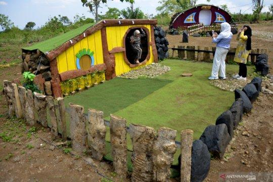 Wisata rumah hobbit di Bollangi Gowa