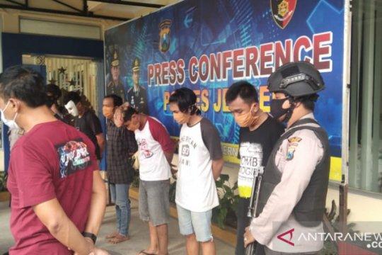 Polisi menetapkan lima tersangka perusakan gedung DPRD Jember