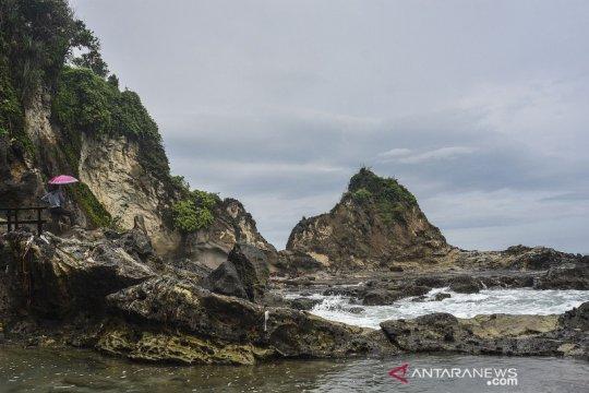 Menikmati keindahan hutan dan laut di Pantai Karang Ninin Pangandaran