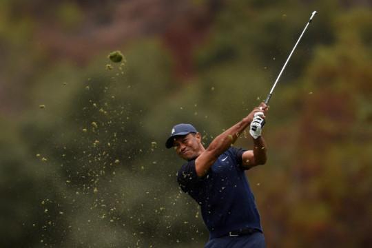 Tiger Woods kembali ke lapangan dengan tongkat kruk