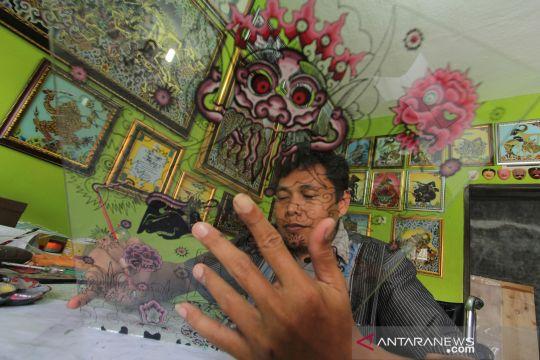 Mengintip perajin kaca lukis di Cirebon