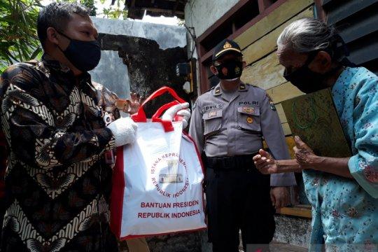 Nenek Sumirah dapat bantuan pangan dan uang dari Presiden Jokowi