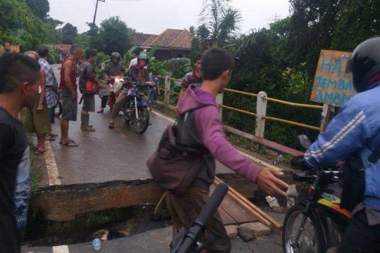 Jalan penghubung dua kabupaten nyaris putus akibat jembatan amblas