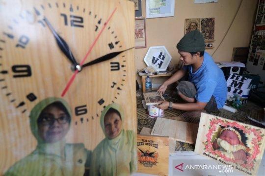 Kerajinan jam dari kayu bekas